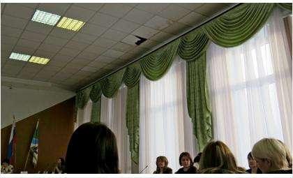 В потолке над головами чиновников Бердска зияет дыра