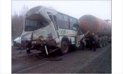 Автобус был расплющен фурой и бензовозом