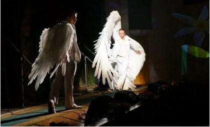 В честь 8 Марта мужчины на сцене ДК Родина в Бердске превратились в ангелов