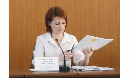 Начальник отдела по управлению муниципальным имуществом Наталья Марусина вскрыла конверты претендентов на концессионное управление