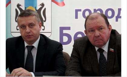 И.о. мэра Бердска Андрей Михайлов и председатель горсовета Валерий Бадьин по данным на 14 мая 2015 года не опубликовали декларации о доходах. Оба получают зарплату из бюджета Бердска