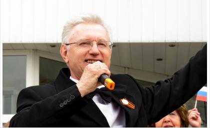Солировал во время флэшмоба «День Победы» в Бердске Леонид Долгов