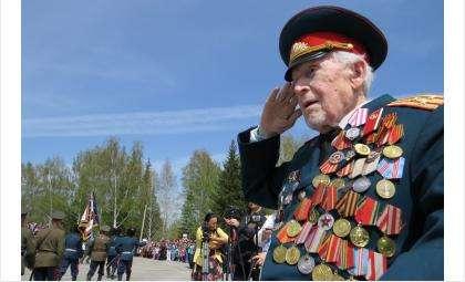 Фронтовик Кирилл Кириллович Храмцов принимает парад в честь 70-летия Победы в Бердске