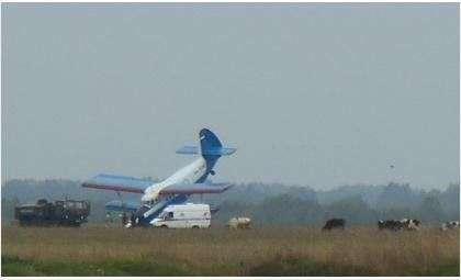 Самолет уткнулся носом в землю при посадке на аэродроме в Бердске