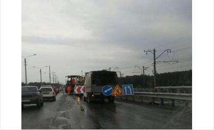 Утром 9 июня на мосту через Бердь ремонтировали полосу, ведущую в Новосибирск