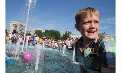 Дети очень радовались открытию фонтана Желаний в Бердске