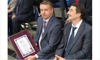 Сертификат об установлении рекорда России на самый большой платок вручен и.о. мэра Бердска Андрею Михайлову