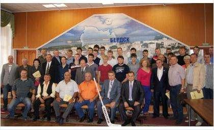 """Члены попечительского совета хоккейного клуба """"Кристалл"""" помогали спортсменам добиваться спортивных высот"""