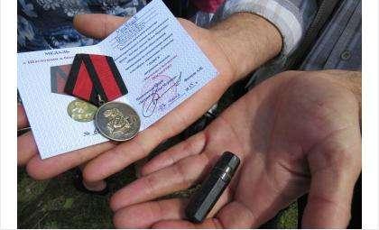 Этот медальон пролежал в земле 73 года. Его нашли и расшифровали поисковики. Земле преданы останки стрелка Григория Медведева, погибшего в 1942 году