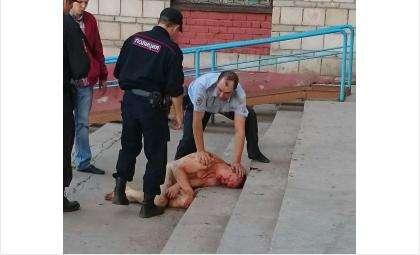 Голый мужчина пытался спрыгнуть с 9 этажа, а потом кидался на полицейских