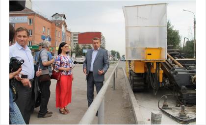 И.о. мэра Бердска Андрей Михайлов и специалисты мэрии на улице смотрели ход реконструкции дороги