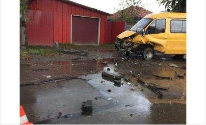 В маршрутке в момент ДТП пострадали четверо пассажиров и водитель. Во втором автомобиле травмирован водитель