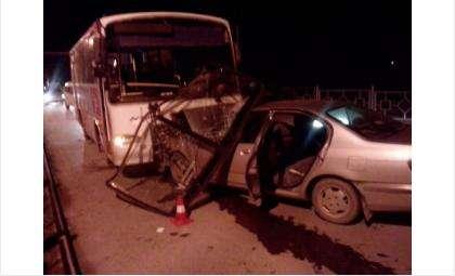 Водитель Ниссана вылетел на встречку и врезался в автобус