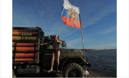 Аквайс-спортсмен из Бердска Виталий Панасюк поддерживает курс президента РФ и посвящает Владимиру Путину заплыв через Обь