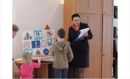 Инспектор по пропаганде БДД ГИБДД Бердска Виктория Белькова проводит урок безопасности