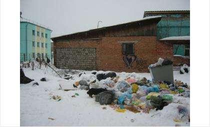 Свалка мусора в центре Бердска: никто не берет на себя ответственность