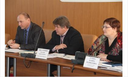 Глава Бердска Евгений Шестернин (на фото в центре) предлагает сделать каток на площади Горького