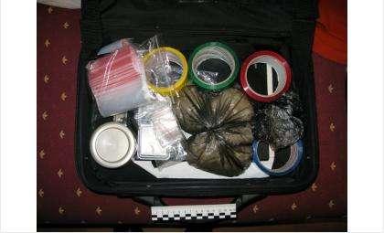 В черном чемодане у наркоторговца хранились все атрибуты преступного бизнеса и наркотики, предназначенные для продажи