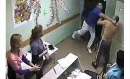Врач ударил пациента. Тот упал замертво. Фото - кадр из видео