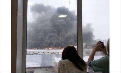 Черным дымом от пожара в мебельном магазине Уют затянуло половину Бердска