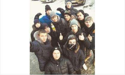Борцы с курением в общественных местах. Дмитрий Шабатько на фото в центре - держит бутылку с водой, в которой будут гасить сигареты