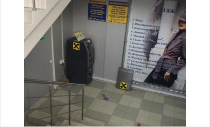 Совершена попытка взлома банкомата Райффазенбанка в магазине ГУМ в Бердске