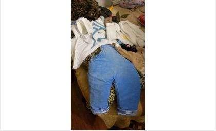 Подкидыш был одет в белую кофточку и голубой комбинезон