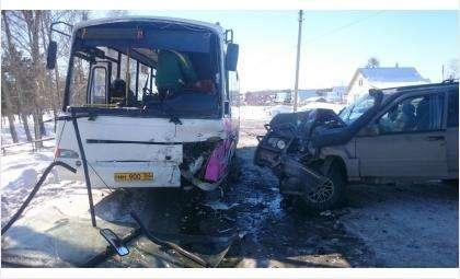Повреждения автомобилей в аварии достаточно существенны