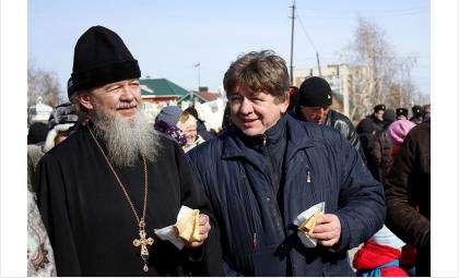 Блинов в день Масленицы священник Василий Бирюков и мэр Бердска Евгений Шестернин отведали у Преображенского собора