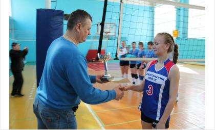 Тренер Анатолий Скоробогатов наградил женскую команду Искитимского района, победившую в соревнованиях