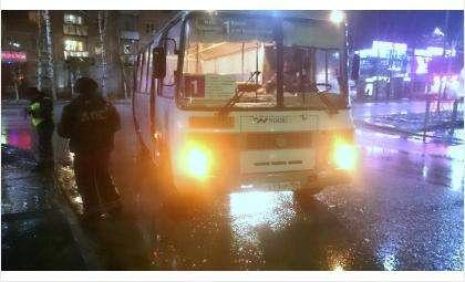 Автобус №1 возит пассажиров из Белокаменного на железнодорожный вокзал Бердска