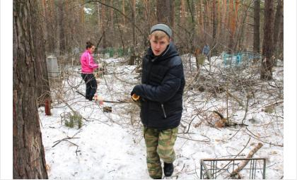 Молодежь Бердска вышла на очистку старого городского кладбища