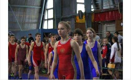 В соревнованиях участвуют юноши и девушки
