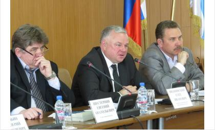 Министр здравоохранения НСО Олег Иванинский (в центре) выступает за укрупнение медучреждений