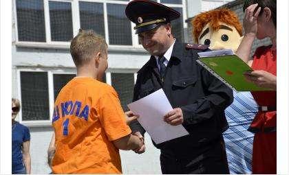 Участников и победителей «Безопасного колеса» наградил начальник ГИБДД Бердска Дмитрий Чучин