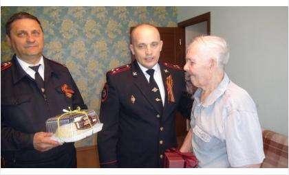 Фронтовика Михаила Алексеевича Краснова поздравили с 9 Мая руководители отдела МВД по г. Бердску