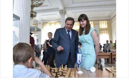 Губернатор Владимир Городецкий и чемпионка по шахматам Татьяна Хличкова из Бердска на открытии турнира