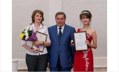 Алина Хоменко (на фото справа) на губернаторском приеме