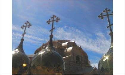 4 июня. Освящение куполов строящегося Богоявленского храма на микрорайоне.