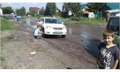 На ул. Боровой в глубокой яме, скрытой водой, сразу несколько автомобилей пробили колеса