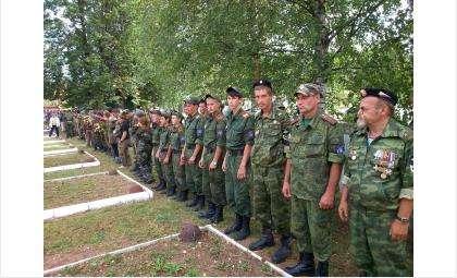 Поисковый отряд «Кондор» и его руководитель Сергей Зверев во время перезахоронения бойцов