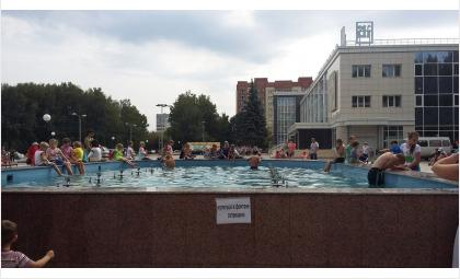 На фотнтане у ДК Родина висит табличка о запрете на купание