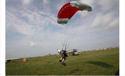 На фото Андрей Захаров и его парашют