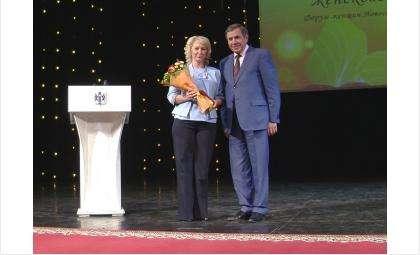 Губернатор Владимир Городецкий вручил медаль «За любовь и добродетель» Людмиле Зенковой