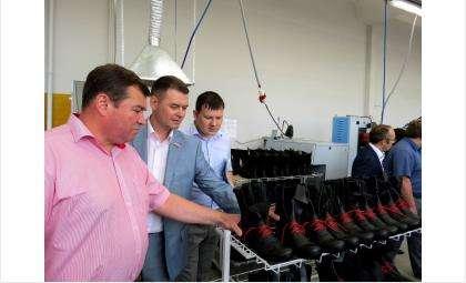 Вице-губернатор Александр Титков и представители органов власти Бердска на экскурсии на обувной фабрике