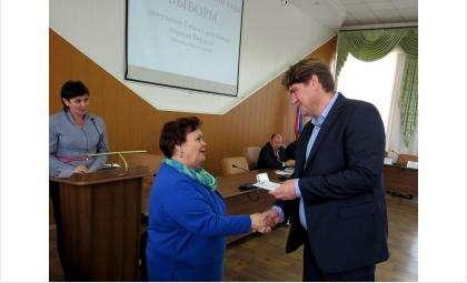 Алексей Шаталов, как и прочие депутаты нового созыва, получил удостоверение из рук председателя ТИК г. Бердска Галины Лаптевой