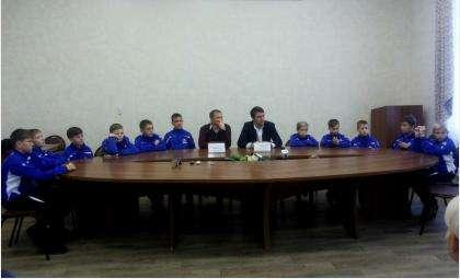 Двенадцать 12-летних футболистов команды «Кристалл - СМЦ Стиллайн» и их тренеры. Город Бердск
