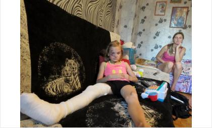 7-летняя Ульяна Агутина покалечилась на игровой площадке в Бердске 1,5 месяца назад. Виновных так и не нашли