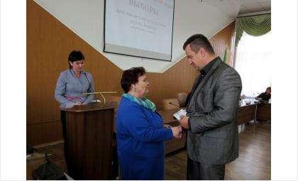 29 сентября председатель ТИК Галина Лаптева вручила удостоверения избранным депутатам горсовета Бердска