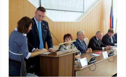 За трибуной депутат Константин Болтрукевич. Он возглавил комитет по бюджету и налоговой политике